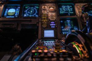 Piloto, copiloto e comissário. O que cada um faz em um voo.